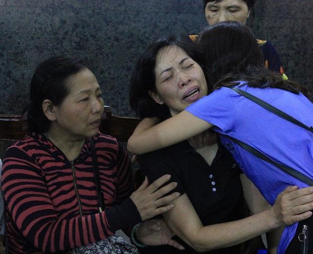 Cái ôm thật chặt như cùng chung nỗi niềm để chia sẻ sự mất mát đau thương của chị Thùy Dương (mẹ bé Hải An - cô bé 7 tuổi từng hiến giác mạc cứu người) với mẹ bé Vân Nhi cũng có mặt tại đám tang để đưa tiễn thiên thần nhỏ