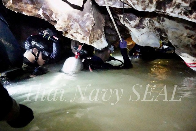Đặc nhiệm SEAL của Hải quân Thái Lan bám dây thừng di chuyển qua hang ngập nước (Ảnh: Reuters)