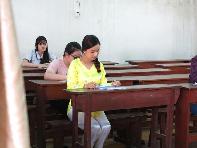 Không hiếm thí sinh chọn trang phục áo bà ba để đi thi