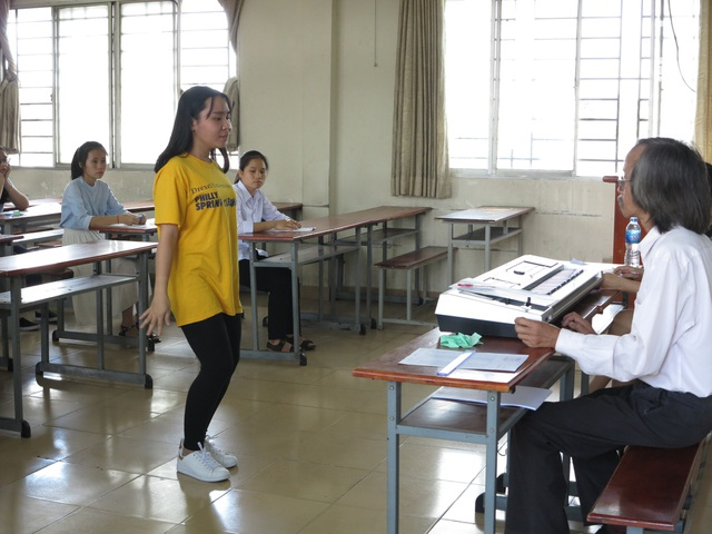 Một thí sinh biểu diễn phần hát kết hợp động tác múa minh hoạ