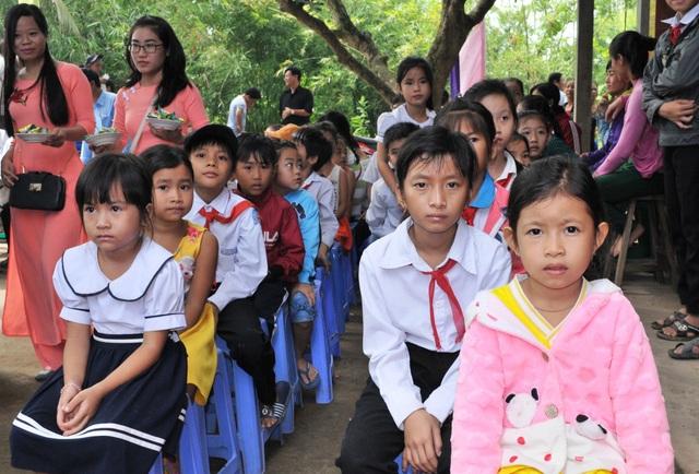 Các em HS có hoàn cảnh khó khăn được nhận học bổng trong dịp khánh thành cầu Dân trí thứ 14 tại Trà Vinh