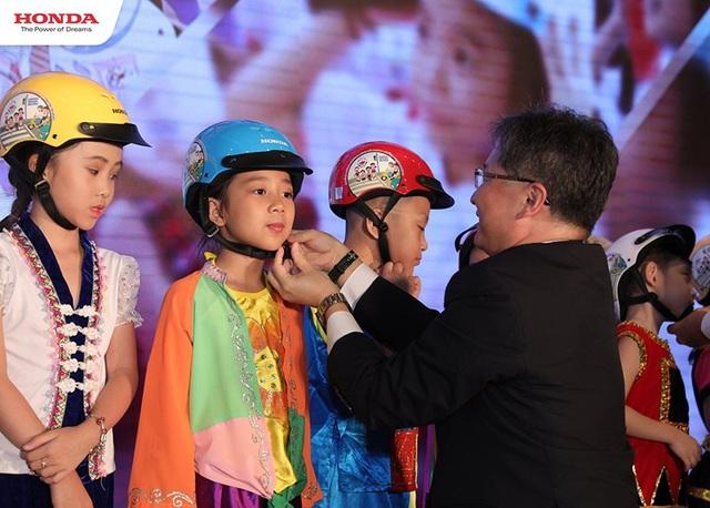 Toàn bộ số mũ bảo hiểm này sẽ được HVN trao tận tay học sinh trên toàn quốc vào đầu năm học.