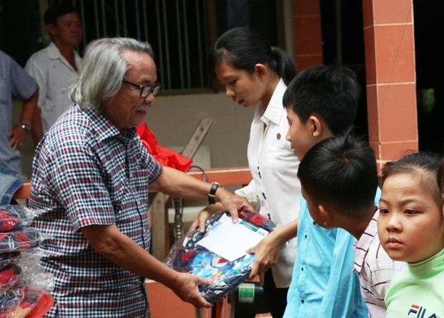 Nhà báo Phan Huy - Trưởng VPĐD báo Dân trí tại khu vực ĐBSCL trao học bổng cho các em học sinh