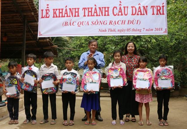 Ông Ngô Thanh Xuân - Phó Chủ tịch UBND huyện Cầu Kè và bà Trần Quý Dân - Chủ tịch Công đoàn Tổng công ty may 10 trao học bổng cho các em học sinh có hoàn cảnh đặc biệt khó khăn
