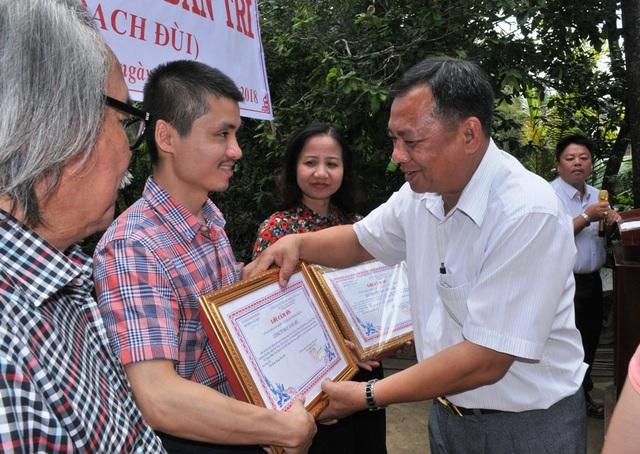 Ông Phạm Hoàng Nhũ - Phó Chủ tịch HĐND huyện Cầu Kè trao thư khen cảm ơn báo Dân trí cùng các nhà hảo tâm đến nhà báo Phạm Tuấn Anh