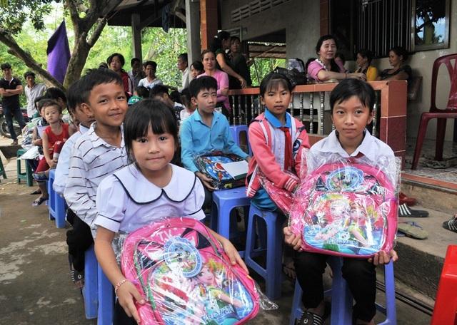 Các em học sinh rất vui mừng khi nhận học bổng và những chiếc cặp mới