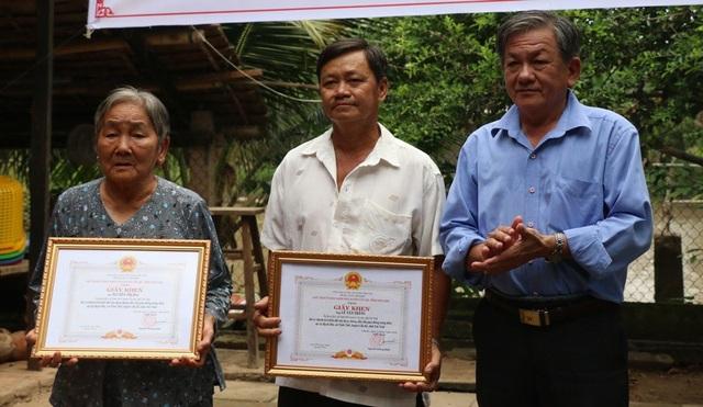Ngoài ra, UBND huyện còn trao giấy khen cho hai hộ dân đã hiến đất làm đường và cầu Dân trí