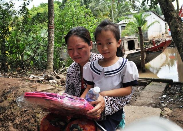 Cháu Nguyễn Ngọc Linh - lớp 2 trường tiểu học Ninh Thới rất vui khi nhận được chiếc cặp mà em hằng mơ ước