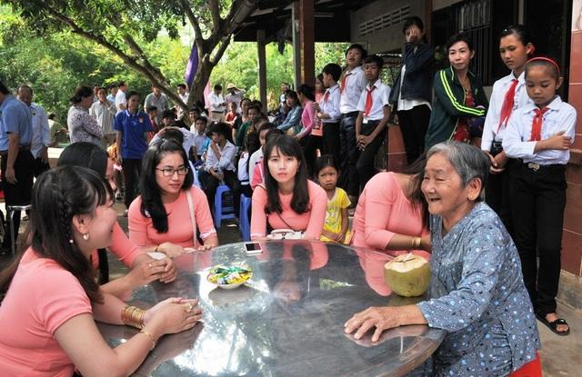Bà Nguyễn Thị Hai (80 tuổi) - ấp Rạch Đùi đang trò chuyện vui vẻ với các cô giáo trường Mầm non xã Ninh Thới khi cầu Dân trí được khánh thành