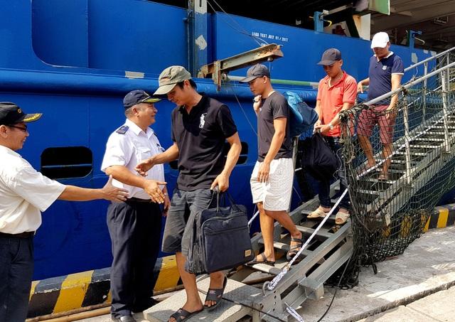 Các thuyền viên xuống cảng Chu Lai – Trường Hải