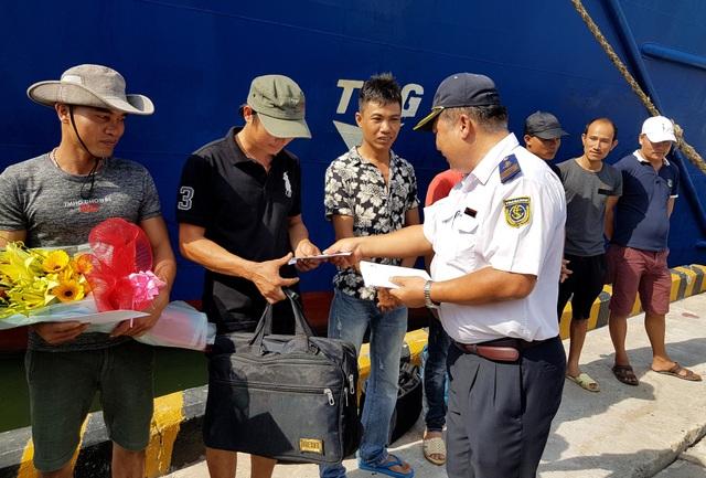 Cơ quan chức năng tặng hoa, quà động viên các thuyền viên bị nạn