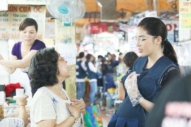 Cô cũng không ngại mời chào hay tự mình bưng bê đồ ăn đến cho khách hàng trong chợ
