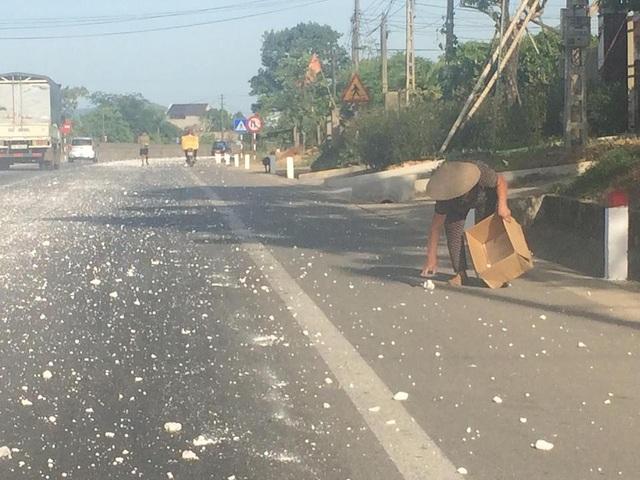 Người dân phải nhặt những cục đá to để tránh nguy hiểm cho người đi đường