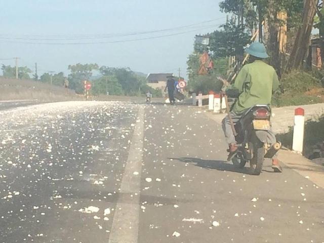 Đá vôi, bột vôi bị rơi vãi từ một chiếc xe đầu kéo phủ trắng cả quốc lộ 1A đoạn đi qua huyện Kỳ Anh