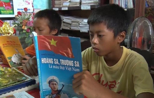 Các em nhỏ tại Quảng Xá đến thư viện làng để tìm hiểu kho kiến thức qua những cuốn sách