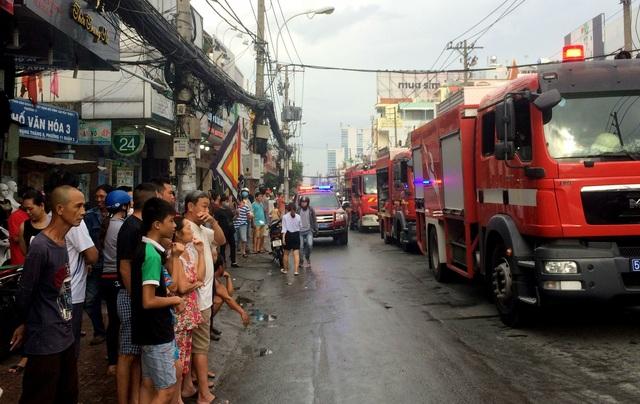 Gần chục xe chữa cháy đến hiện trường tham gia dập lửa