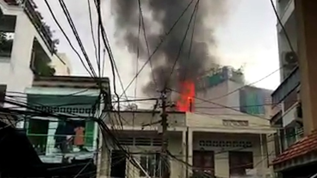 Khói lửa ngùn ngụt tại căn nhà