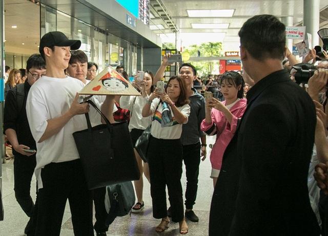 Nam diễn viên rất hào hứng với quà tặng dễ thương của người hâm mộ Việt Nam dành cho mình trong lần đầu tiên đến đây.