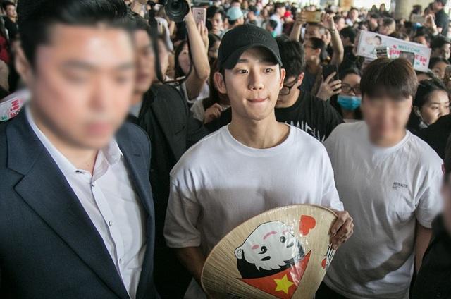 Rất đông khán giả Việt Nam đã chờ đón nam diễn viên Hàn tại sân bay Tân Sơn Nhất khi lần đầu tiên anh đến Việt Nam. Jung Hae In hiện đang là nghệ sĩ trẻ vừa nổi tiếng và đang được hâm mộ tại Hàn.