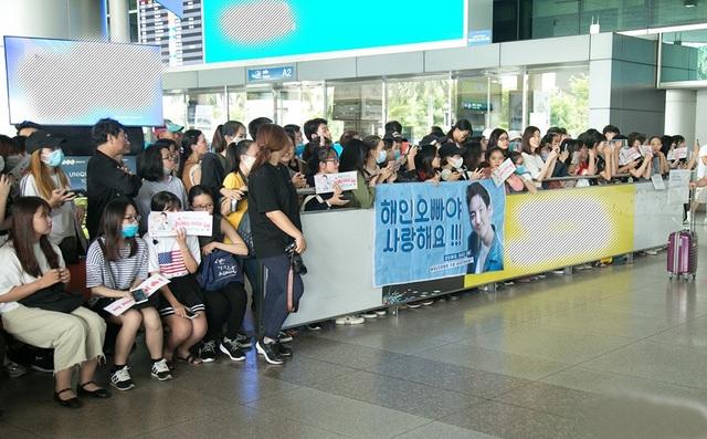 Trước đó, các fan đã có mặt từ rất sớm để đón chào thần tượng.