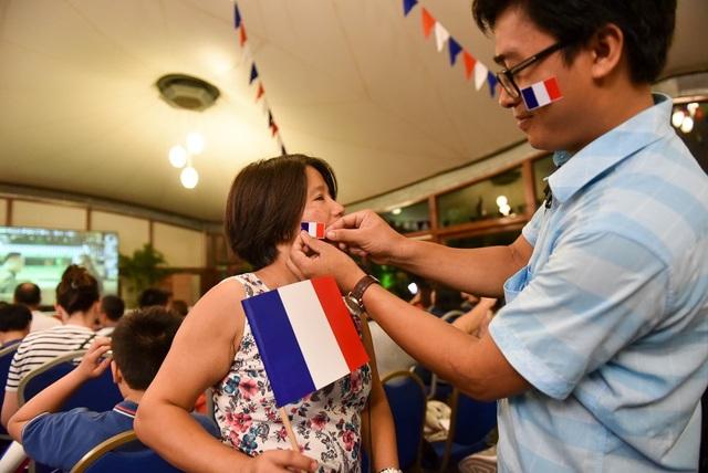 Hành động dán cờ nước lên má thể hiện tình yêu cháy bỏng với đội tuyển Pháp.