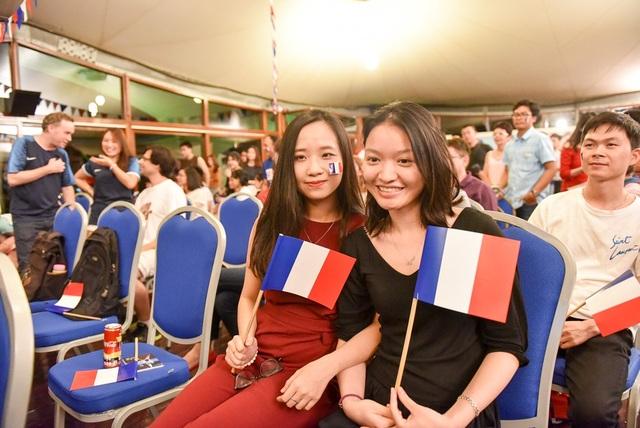 Bạn Nguyễn Hồng Nhung và Lê Đỗ Nhật Phương (Tây Hồ, Hà Nội) cho biết: Mỗi lần đội tuyển Pháp thi đấu, chúng tôi đều đến Đại sứ quán Pháp ở Việt Nam cổ vũ cho đội tuyển mà mình yêu thích.