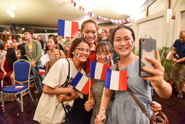 Một nhóm bạn trẻ chụp ảnh ăn mừng chiến thắng của đội tuyển Pháp.