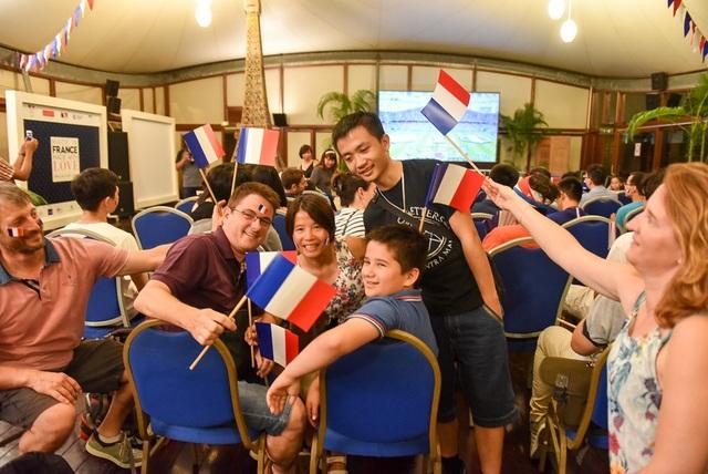 Các cổ động viên được phát những lá cờ cầm tay và cờ dán vào má.