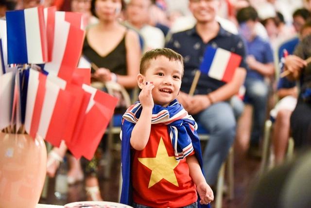 Một cổ động viên nhí người Việt cũng theo chân phụ huynh đến cổ vũ cho đội tuyển Pháp.