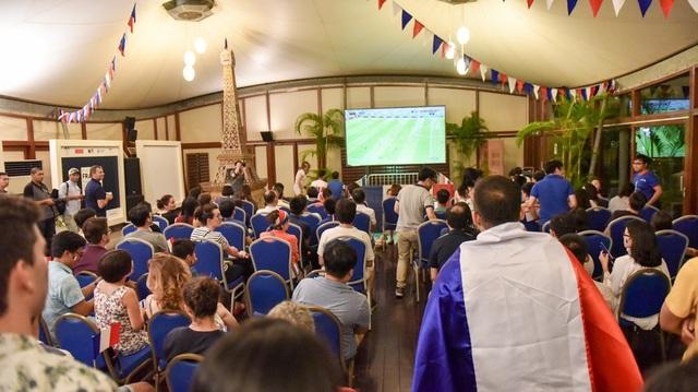 Tối ngày 6/7, trên đà chiến thắng của đội bóng Pháp trước Argentina, Đại sứ quán Pháp đã mở cửa lần 2 đón các cổ động viên vào cổ vũ cho trận đấu giữa đội tuyển Pháp và Uruguay.