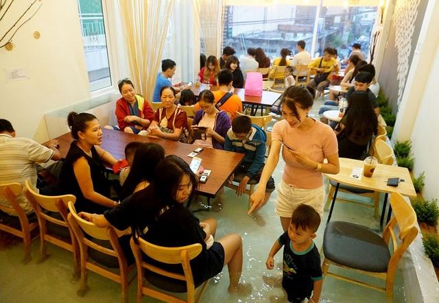 Quán cà phê trên đường Phạm Văn Hai, quận Tân Bình, TPHCM.