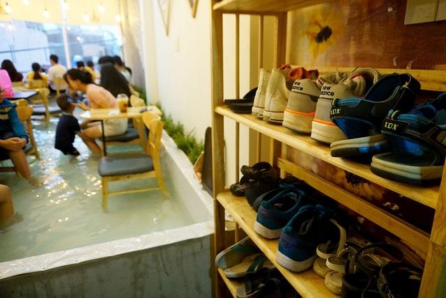 Khi vào hồ nước, khách phải tháo giày dép ra để trên kệ.