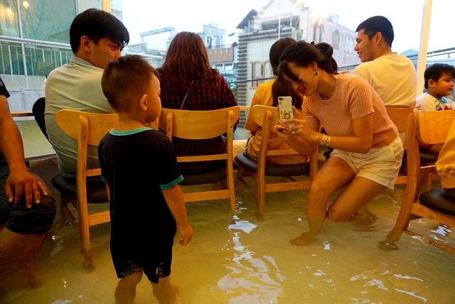 Tuy nhiên, quán có một số bất tiện như hơi nhỏ, bên dưới là nước nên nếu rơi điện thoại rất dễ hư.