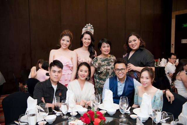 MC VTV Thái Dũng (ngồi ngoài cùng bên trái).