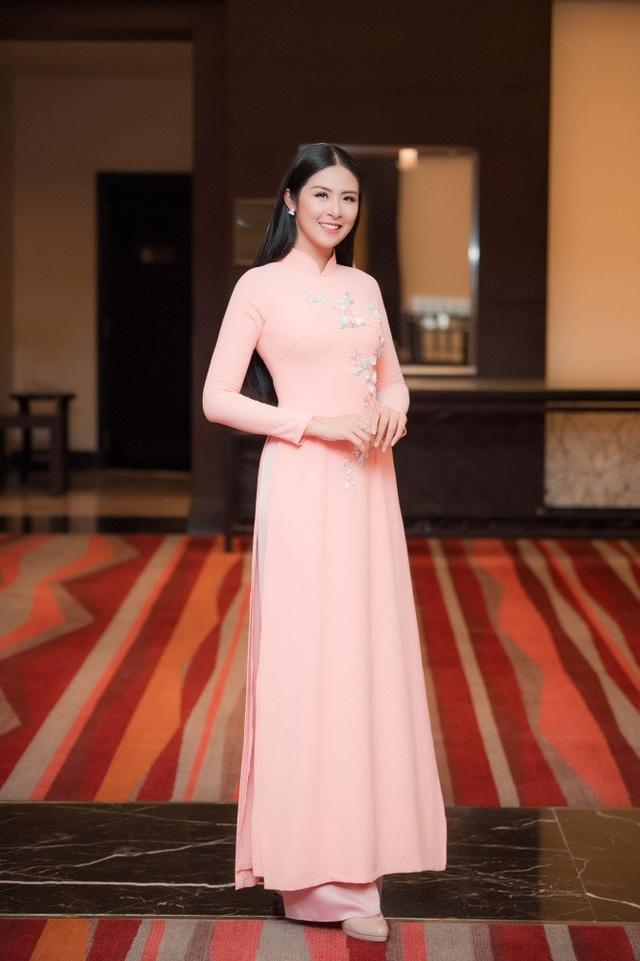 Nhiều nghệ sĩ có mối quan hệ thân thiết với Dương Thùy Linh cũng đến mừng cô đã trở thành tân Hoa hậu Phụ nữ Toàn thế giới 2018 như Hoa hậu Ngọc Hân.
