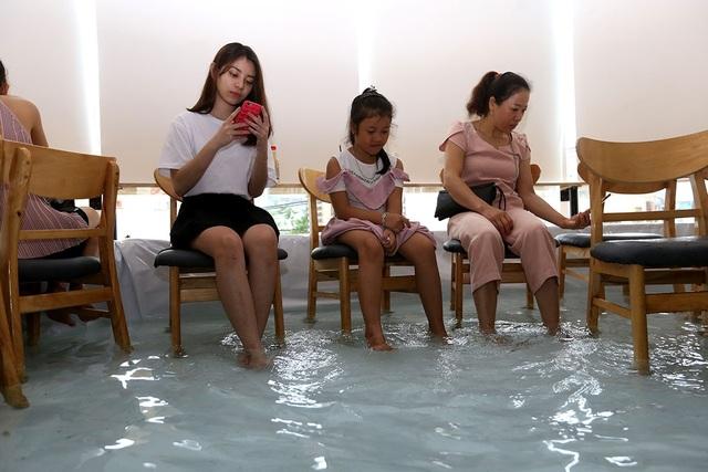 Quán cà phê cá bơi lội tung tăng dưới chân khách ở Sài Gòn - 12