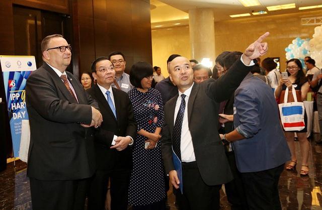 Bộ trưởng Chu Ngọc Anh và ông Kari Kahiluoto đang được giới thiệu về một số kết quả nổi bật của IPP2.