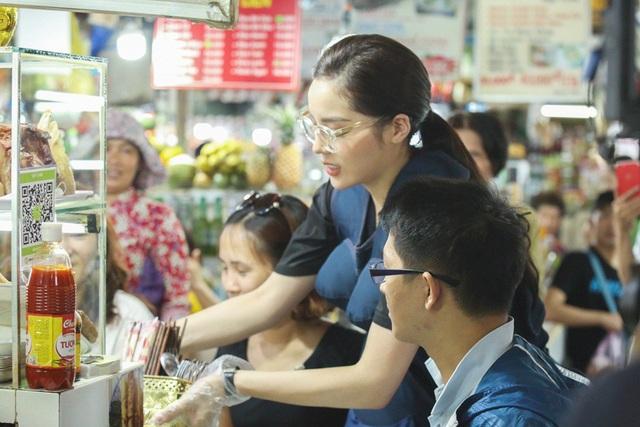 Hoa hậu Kỳ Duyên tự nấu ăn để phục vụ thực khách