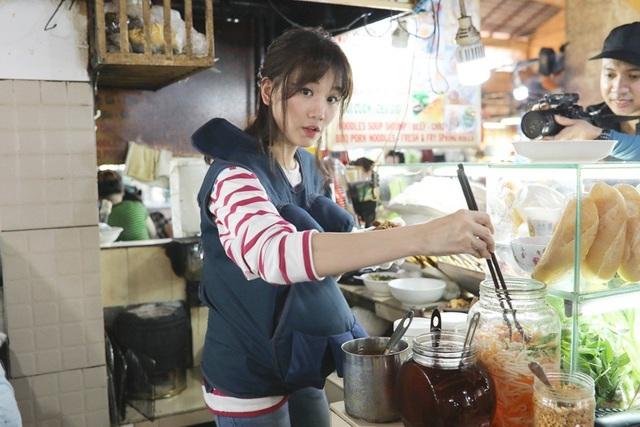 Trấn Thành đi tìm khách vật vã thì Hari Won cũng vùi đầu trong gian hàng để làm bún, vất vả đến mướt mồ hôi mà vẫn làm không ngớt tay. Hari Won khẳng định bà bầu bán quán ăn thật sự mệt, quá mệt.