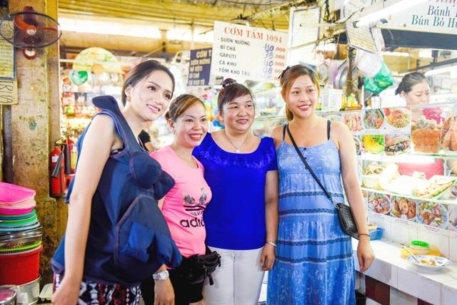 Hương Giang nhận được nhiều tình cảm của khán giả tại chợ Bến Thành