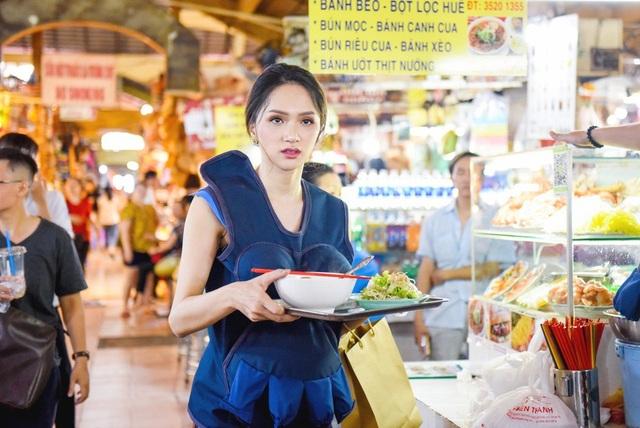 Song Giang cũng có những vị khách đầu tiên khi Hương Giang đã không ngại đi chào hàng khắp chợ, cô gặp ai cũng mời và đặc biệt là gặp trai đẹp cô nàng nhanh chóng lao tới và tiếp thị nhiệt tình.