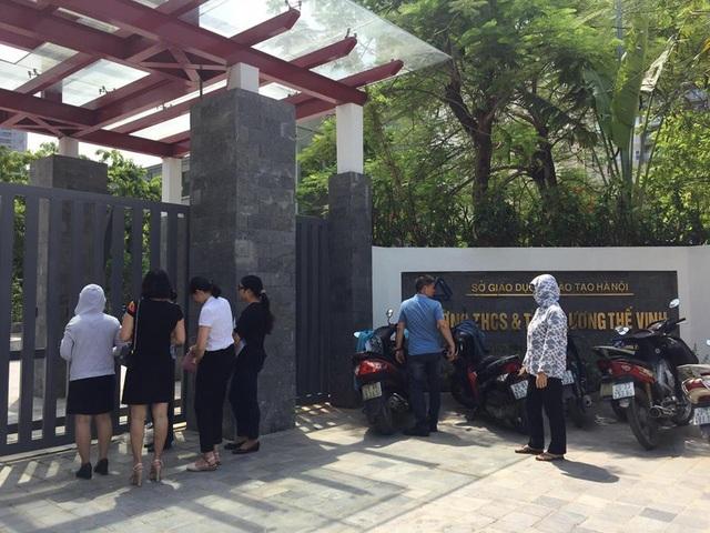 Phụ huynh tụ tập ở cổng Trường Lương Thế Vinh (Hà Nội) trong sáng 6/7 để xin trả lại tiền phí khi rút hồ sơ tuyển sinh. (Ảnh: T. M).