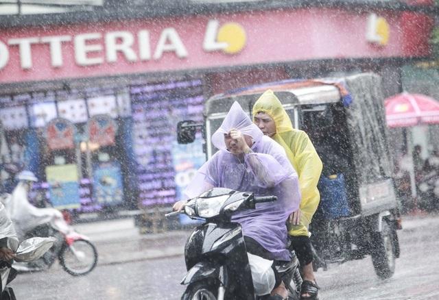 Trước đó, theo dự báo của Trung tâm Khí tượng thủy văn Trung ương, chiều tối 6/7 Hà Nội sẽ đón những trận mưa đầu tiên sau chuỗi ngày nắng nóng.
