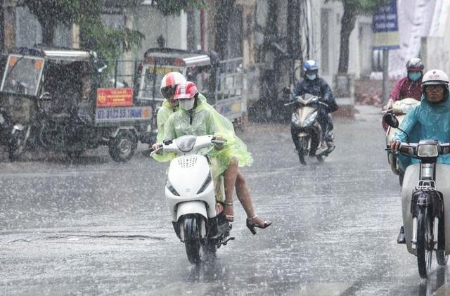 Ghi nhận tại con phố Hoàng Cầu (Đống Đa, Hà Nội), mọi người mặc áo mưa nhưng ai nấy đều cảm thấy vui vẻ và không có chút gì là khó chịu.
