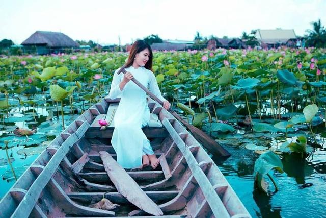 Giới trẻ phát sốt với đầm sen đẹp ngỡ ngàng giữa lòng Sài Gòn - 4