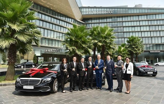 Mercedes-Benz Việt Nam cùng Đại lý ủy quyền An Du đã chính thức bàn giao xe E 200 thế hệ mới cho khách sạn JW Marriot Hà Nội