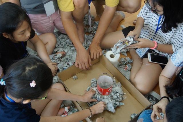 Thực hiện làm bình hoa, làm cốc, làm nón… từ đồ tái chế là hoạt động không thể thiếu trong suốt thời gian diễn ra trại hè, giúp các bé có ý thức hơn trong việc xả rác và bảo vệ môi trường.