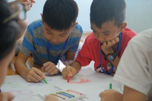 Kĩ năng giao tiếp, làm việc nhóm, chia sẻ ý tưởng, thuyết trình bức vẽ… luôn được các bé thực hiện đầy sáng tạo, theo lối suy nghĩ riêng của mình.