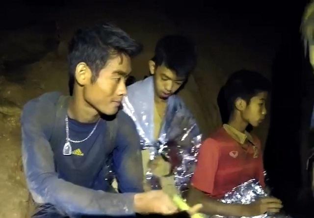 Ekapol (trái) bị mắc kẹt trong hang Tham Luang (Ảnh: Dailymail)