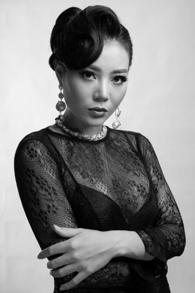 Thanh Hương tốt nghiệp trường Cao đẳng Nghệ thuật Hà Nội. Hiện tại, cô công tác tại đoàn kịch 2 - Nhà hát kịch Hà Nội.
